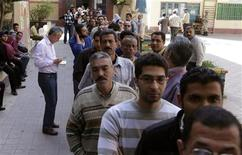 <p>Egyptians queue to cast their vote during a national referendum at a school, in Cairo March 19, 2011. REUTERS/Asmaa Waguih</p>