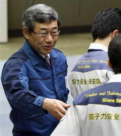 Tokyo Electric Power Co. (TEPCO) President Masataka Shimizu (L) speaks with a member of the Nuclear and Industrial Safety Agency in the main control room for the No. 7 reactor at the Kashiwazaki-Kariwa nuclear plant in Kashiwazaki, Japan May 9, 2009. REUTERS/Toru Hanai