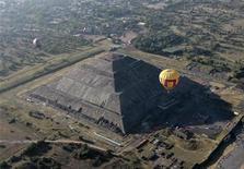 <p>Foto de archivo de la Pirámide del Sol de Teotihuacán, donde miles de personas se concentraron el domingo en un tradicional ritual que busca atraer los favores del Sol con el inicio de la primavera. Mar 21, 2010. REUTERS/Henry Romero</p>