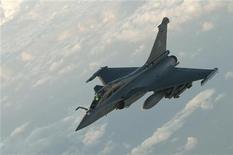 <p>Французский истрибитель Rafale готовится к воздушной перезаправке, 20 марта 2011 года. Военные силы стран Запада провели утром в понедельник вторую волну авиаударов по Ливии, сумев ранее остановить продвижение войск Муаммара Каддафи к главному оплоту мятежников. REUTERS/ECPAD/SIRPA AIR/Christophe Patebaire</p>