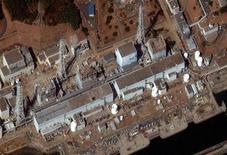 """<p>Спутниковый снимок реакторов № 1-4 (справа налево) на АЭС """"Фукусима-1"""", 18 марта 2011 года. Инженеры провели электричество к трем реакторам на поврежденной японской АЭС и в ближайшее время надеются проверить работу водяных насосов. REUTERS/DigitalGlobe/Handout</p>"""
