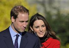 """<p>Príncipe William e sua noiva Kate Middleton visitam a Universidade de St. Andrews em Fife, na Escócia, em fevereiro. A empresa 2 For Life criou o aplicativo """"Royal Wedding 2011"""" para o iPad, oferecendo notícias sobre o casamento real. 25/02/2011 REUTERS/Toby Melville</p>"""