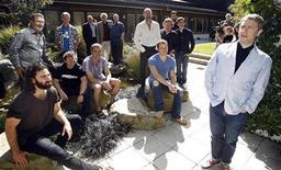 """<p>Ator britânico Martin Freeman (direita) posa com membros do elenco dos longas de Peter Jackson """"O Hobbit"""", em Wellington, Nova Zelândia, em 11 de fevereiro de 2011. Após anos de adiamentod, as filmagens começaram na segunda-feira. 11/02/2011 REUTERS/Anthony Phelps</p>"""