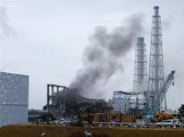 """<p>Дым, поднимающийся над реактором № 3 АЭС """"Фукусима-1"""", 21 марта 2011 года. Дым и пар продолжают подниматься над двумя наиболее опасными реакторами японской АЭС """"Фукусима-1"""", свидетельствуя о том, что битва за остановку распространения радиации пока еще не выиграна. REUTERS/Tokyo Electric Power Co.</p>"""