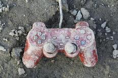 <p>Controle de Playstation, da Sony, é visto em uma área devastada pelo terremoto e o tsunami que atingiram o Japão, em Kesennuma. 19/03/2011 REUTERS/Kim Kyung-Hoon</p>