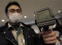 """<p>Мужчина держит дозиметр, показывающий уровень радиации в городе Ямагата, 19 марта 2011 года. Опасения распространения радиации за пределы аварийной японской АЭС """"Фукусима-1"""" усилились в среду - в воде в столице Токио уровень радиации достиг опасных для детей значений, а США стали первой страной, запретившей импорт продуктов питания из Страны восходящего солнца. REUTERS/Yuriko Nakao</p>"""
