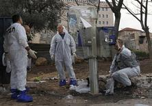 <p>Israeli police explosives experts survey the scene of an explosion in Jerusalem, March 23, 2011. REUTERS/Ronen Zvulun</p>