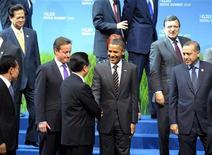 <p>Президент США Барак Обама пожимают руку китайскому коллеге Ху Цзиньтао на саммите в Сеуле, 12 ноября 2010 года. Уровень поддержки российских лидеров оказался самым низким в ежегодном рейтинге, составленном американским Институтом общественного мнения Гэллапа, в то время как наибольшим доверием по-прежнему пользуется руководство США. REUTERS/Philippe Wojazer</p>