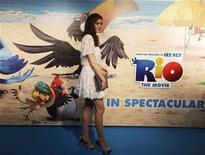 """<p>Atriz Anne Hathaway posa para fotógrafos na première da animação """"Rio"""" no Rio de Janeiro. 22/03/2011 REUTERS/Ricardo Moraes</p>"""