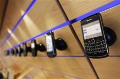 <p>Foto de archivo de una serie de teléfonos Blackberry de la firma Research in Motion (RIM), vistos en un estante en Toronto, jul 13 2010. Research in Motion (RIM) se enfrenta a una dura batalla para recuperar cuota de mercado en Estados Unidos, advirtió la correduría Baird un día después de que la fabricante de Blackberry diera un débil panorama. REUTERS/Mark Blinch</p>