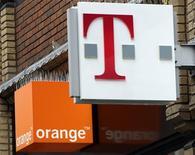 <p>Orange et T-Mobile, les marques de téléphonie mobile de France Telecom et Deutsche Telekom. les opérateurs français et allemand pourraient combiner leurs réseaux en Autriche et en Roumanie afin de réduire leurs coûts, selon la presse allemande. /Photo d'archives/REUTERS/Darren Staples</p>