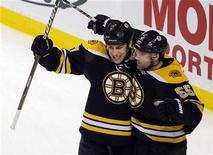 """<p>Хоккеисты """"Бостона"""" во время игры против """"Монреаля"""", 24 марта 2011 года. """"Бостон"""" в ночь на понедельник гарантировал себе участие в плей-офф Кубка Стэнли благодаря победе над """"Филадельфией"""" со счетом 2-1 в матче регулярного чемпионата Национальной хоккейной лиги. REUTERS/Brian Snyder</p>"""