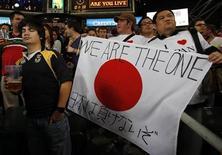 <p>Регбийные болельщики держат флаг в поддержку Японии в Гонконге, 25 марта 2011 года. Благотворительный музыкальный альбом, выпущенный в этом месяце для помощи пострадавшей от землетрясения и цунами Японии, возглавил чарты iTunes в 18 странах мира. REUTERS/Bobby Yip</p>