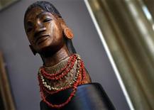 """<p>""""Jeune tahitienne"""", escultura de Paul Gauguin feita durante sua primeira viagem ao Taiti entre 1891 e 1893. O busto de madeira esculpido por Paul Gauguin será leiloado em 3 de maio, com a expectativa de ser arrematado por até 15 milhões de dólares, segundo a casa Sotheby's. 24/03/2011 REUTERS/Mike Segar</p>"""