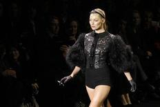 <p>British model Kate Moss presents creation by U.S. designer Marc Jacobs as part of his Fall-Winter 2011/2012 women's ready-to-wear fashion collection for French fashion house Louis Vuitton during Paris Fashion Week March 9, 2011. REUTERS/Benoit Tessier</p>