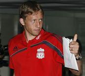 <p>O brasileiro Lucas Leiva chega em hotel da Tailândia, em julho de 2009. O meio-campista renovou seu contrato com o Liverpool, afirnou o time nesta quarta-feira. 20/07/2009 REUTERS/Kerek Wongsa</p>