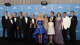 """<p>Foto de archivo del elenco de la serie Mad Men en una fotografía tras obtener un premio Emmy en Los Angeles, ago 29 2010. El creador de la serie de televisión """"Mad Men"""" sobre el mundo de la publicidad ha firmado un nuevo contrato con el productor de la serie, poniendo fin a un 'impasse' que había retrasado el lanzamiento de su quinta temporada hasta 2012, dijeron el jueves las partes. REUTERS/Danny Moloshok</p>"""