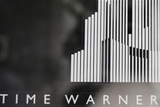 <p>Foto de archivo de la entrada del centro Time Warner en Columbus Circle, EEUU, ago 4 2010. Time Warner Cable eliminará algunos canales de su aplicación para ver televisión en directo en el iPad después de que tres compañías se quejaron, por que consideraron que la empresa de cable necesitaba pagar nuevas licencias para ello. REUTERS/Shannon Stapleton</p>