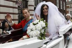 <p>Lookalikes of Kate Middleton and Britain's Prince William arrive in a carriage for a book signing event at a bookshop, in central London April 1, 2011. REUTERS/Stefan Wermuth</p>
