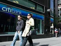 <p>People walk past a Citibank branch in New York, October 18, 2010. REUTERS/Brendan McDermid</p>