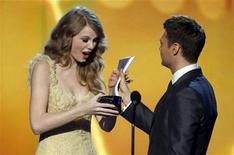 <p>Taylor Swift recebe o prêmio de Artista do Ano no Academy of Country Music Awards em Las Vegas. Swift levou o prêmio principal da noite pela primeira vez. 03/04/2011 REUTERS/Steve Marcus</p>