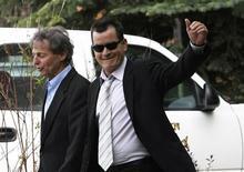 """<p>Charlie Sheen (direita) acena após deixar audiência com seu advogado Richard Cummins, em Aspen, Estados Unidos, em junho de 2010. Seu novo show """"Torpedo"""" não agradaram o público e a crítica. 7/06/2010 REUTERS/Rick Wilking</p>"""