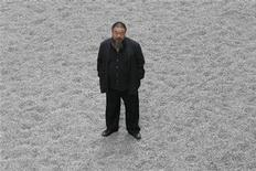 <p>Foto de archivo del artista chino Ai Weiwei durante la presentación de su obra 'Sunflower Seeds', en el salón Turbine de la galería Tate de Arte Moderno de Londres, oct 11 2010. Ai Weiwei continuaba el lunes ilocalizable después de que la policía impidiera al crítico del gobernante Partido Comunista subir a un avión. REUTERS/Stefan Wermuth</p>