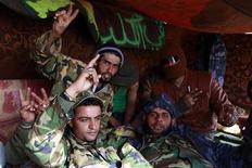 <p>Ливийские повстанцы в лагере рядом с городом Брега, 6 апреля 2011 года. Командующий ливийской повстанческой армии обвинил НАТО в том, что альянс долго не решался начать авиаудары для защиты мирного населения, позволив войскам Муаммара Каддафи убивать жителей города Мисурата. REUTERS/Youssef Boudlal</p>