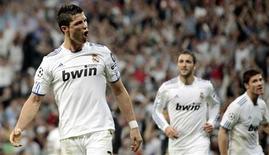 <p>Cristiano Ronaldo (à esq.), do Real Madrid, comemora após marcar contra o Tottenham Hotspur durante partida pela Liga dos Campeões no estádio Santiago Bernabeu, em Madri. 05/04/2011 REUTERS/Susana Vera</p>