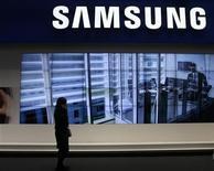 <p>Samsung Electronics s'attend à une contraction de son bénéfice opérationnel sur la période janvier-mars en raison de la chute des prix des écrans plats et des téléviseurs. Le géant sud-coréen indique que son résultat opérationnel devrait s'établir entre 2.700 et 3.100 milliards de wons (1,7 milliard et 2 milliards d'euros) pour le premier trimestre de l'année. /Photo prise le 16 février 2011/REUTERS/Gustau Nacarino</p>