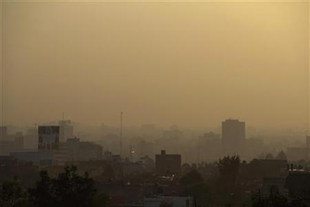 Mexico City is seen through heavy smog in the early morning March 30, 2011. REUTERS/Prometeo Lucero