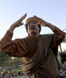 <p>Муаммар Каддафи после встречи с африканскими лидерами в Триполи, 10 апреля 2011 года. Муаммар Каддафи согласился на предложенный Африканским союзом план урегулирования конфликта в Ливии, содержащий пункт о немедленном прекращении огня. Однако оппозиция обещает сотрудничать только в случае отказа ливийского лидера от власти. REUTERS/Zohra Bensemra</p>