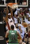 """<p>Игрок """"Майами"""" Леброн Джеймс кладет данк в корзину """"Бостона"""" в Майами 10 апреля 2011 года. Леброн Джеймс привел """"Майами"""" к убедительной победе над """"Бостоном"""" со счетом 100-77 в ходе матча регулярного чемпионата Национальной баскетбольной ассоциации (НБА) в воскресенье, что позволило его команде занять второе место в Восточной Конференции. REUTERS/Rhona Wise</p>"""