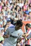 <p>Kaká comemora depois de marcar contra o Atlético Bilbao durante partida pela primeira divisão do Campeonato Espanhol, em Bilbao. 09/04/2011 REUTERS/Felix Ordonez</p>