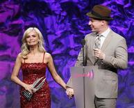 """<p>A atriz Kristin Chenoweth se emociona ao receber o prêmio Vanguarda do ator Sean Hayes. O prêmio é entregue anualmente pela Aliança Gay e Lésbica contra a Difamação (GLAAD, na sigla em inglês) àqueles que aumentam a visibilidade e a compreensão da comunidade GLBT. Chenoweth, convidada especial do seriado """"Glee"""", foi escolhida por defender Hayes na Broadway contra comentários publicados em um artigo de revista em 2010. Los Angeles, Califórnia. 10/04/2011 REUTERS/Fred Prouser</p>"""