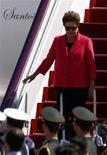 <p>Presidente Dilma Rousseff desembarca de avião ao chegar em Beijing, na China. No primeiro dia da visita ao país, a companhia de telecomunicações chinesa Huawei anunciou investimento de 300 milhões de dólares na construção de um centro de pesquisa em tecnologia em Campinas (SP). 11/04/2011 REUTERS/David Gray</p>
