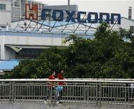 <p>Foto de archivo de un grupo de empleados de Foxconn a la salida de una planta de la fábrica en Longhua, China, jun 2 2010. El fabricante taiwanés del iPad, Foxconn Technology Group, está considerando invertir 12.000 millones de dólares en Brasil para ensamblar monitores, dijo la presidente brasileña el martes, en un indicio de que la firma podría estar lista para acelerar el alejamiento de China como base principal de manufacturas. REUTERS/Bobby Yip</p>