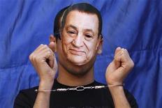 <p>Демонстрант в маске бывшего президента Египта Хосни Мубарака на площади Тахрир в Каире, 8 апреля 2011 года. Египетская прокуратура распорядилась арестовать бывшего президента Египта Хосни Мубарака на 15 суток в рамках расследования обвинений в убийстве людей и коррупции, сообщил в среду государственный телеканал Nile. REUTERS/Mohamed Abd El-Ghany</p>