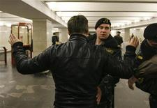 <p>Офицеры белорусского МВД обыскивают людей в метро в Минске, 12 апреля 2011 года. Белорусские власти задержали первых подозреваемых по делу о взрыве в минском метро, в результате которого погибли 12 и были ранены более 200 человек, сообщил Рейтер представитель генпрокуратуры Петр Киселев. REUTERS/Vladimir Nikolsky</p>