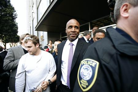 Former San Francisco Giants baseball player Barry Bonds leaves a news conference outside Phillip Burton Federal Building in San Francisco, California April 13, 2011. REUTERS/Stephen Lam