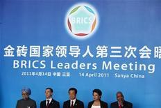 <p>Главы стран BRICS на совместной пресс-конференции в Санье 14 апреля 2011 года. Президент России Дмитрий Медведев протянул руку помощи отечественным журналистам и аналитикам, ломающим голову над выбором благозвучного названия для альянса БРИК (Бразилия, Россия, Индия, Китай), только что пополнившегося ЮАР. REUTERS/Ed Jones/Pool</p>