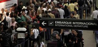 <p>Passageiros esperam na fila de embarque internacional do aeroporto de Guarulhos, em São Paulo. 04/03/2011 REUTERS/Nacho Doce</p>