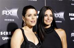 """<p>Neve Campbell e Courteney Cox posam na pré-estreia de """"Pânico 4"""" em Hollywood, em 11 de abril de 2011. O filme estreia na sexta-feira, mais de dez anos depois do lançamento de """"Pânico 3"""", em 2000. 11/04/2011 REUTERS/Mario Anzuoni</p>"""