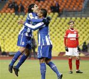 <p>Radamel Falcão (esquerda), do Porto, comemora gol com colega Fredy Guarin (direita), enquanto Aleksandr Sheshukov, do Spartak Moscow, observa ao fundo. O Porto venceu a partida da Liga Europa por 5 x 2. 14/04/2011 REUTERS/Sergei Karpukhin</p>