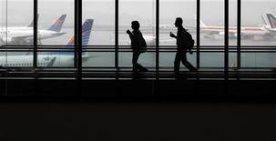 <p>Passageiros chegam ao aeroporto de Guarulhos, em São Paulo. 04/03/2011 REUTERS/Nacho Doce</p>