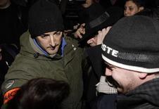 """<p>O estilista John Galliano sai de delegacia de polícia em Paris, em 28 de fevereiro de 2011. Galliano foi demitido de sua própria grife, a """"John Galliano"""", após vir à tona um vídeo que o mostra lançando insultos antissemitas contra um casal em um bar de Paris. 28/02/2011 REUTERS/Jacky Naegelen</p>"""