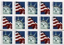 <p>La poste américaine a imprimé à trois milliards d'exemplaires un nouveau timbre à l'effigie de la Statue de la Liberté mais un collectionneur a signalé que l'illustration représentait en fait une réplique du célèbre monument new-yorkais en fibre de verre et polystyrène expansé érigée devant un hôtel-casino de Las Vegas. /Photo prise le 15 avril 2011/REUTERS/Hyungwon Kang</p>