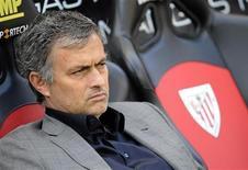 <p>Técnico do Real Madrid, José Mourinho, aguarda início do jogo contra o Athletic Bilbao, em 9 de abril. No sábado, o treinador se recusou a responder perguntas depois que o seu time com 10 jogadores conseguiu um empate em 1 x 1 com líder Barcelona. 09/04/2011 REUTERS/Felix Ordonez</p>