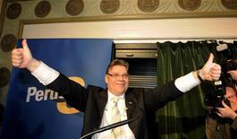 """<p>Лидер партии """"Истинных финнов"""" Тимо Соини приветствует сторонников в Хельсинки 17 апреля 2011 года. Финские избиратели вставили палку в колеса Европейского союза, планирующего выделить дотацию Португалии, поддержав на воскресных выборах настроенную против евро партию """"Истинных финнов"""". REUTERS/Martti Kainulainen/Lehtikuva</p>"""