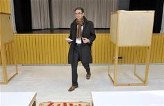 """<p>Министр финансов Финляндии и лидер партии """"Национальная коалиция"""" Юрки Катайнен голосует в Эспоо 17 апреля 2011 года. Вероятный следующий премьер-министр Финляндии во вторник пообещал не предлагать существенных изменений в пакет финансовой помощи Евросоюза для Португалии. REUTERS/Jussi Nukari/Lehtikuva</p>"""